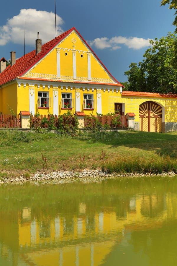 Traditioneel Zuiden Boheems plattelandshuisje royalty-vrije stock afbeeldingen