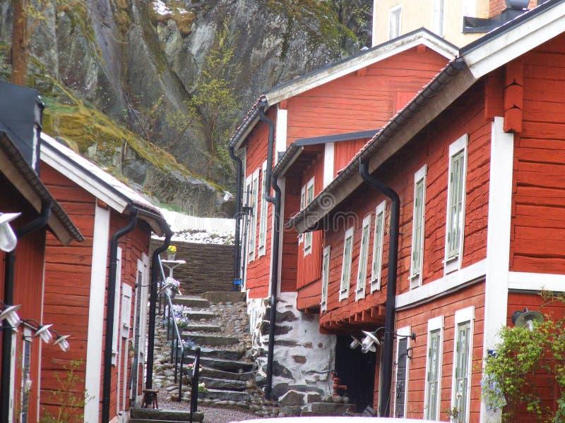 Traditioneel Zweedse rode blokhuizen in Norrtälje stock afbeeldingen