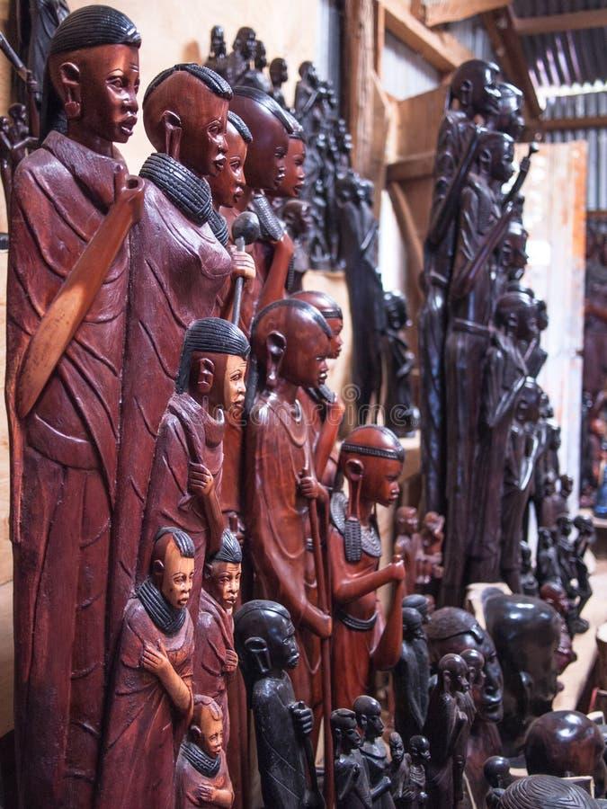 Traditionele Afrikaanse herinneringswinkel met houten cijfers en maskers royalty-vrije stock afbeelding