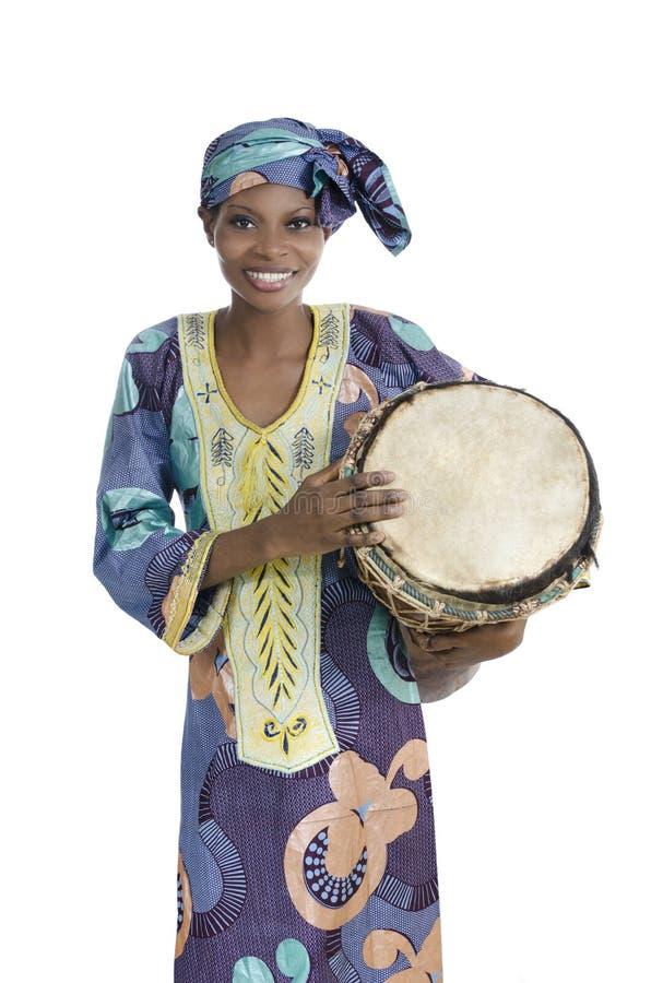 Traditionele Afrikaanse vrouw met djembetrommel stock afbeelding