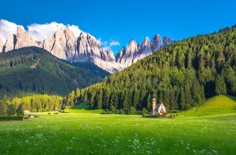 Traditionele alpiene St Johann kerk in Val di Funes-vallei, het toeristische dorp van Santa Maddalena, Dolomiet, Italië stock foto's