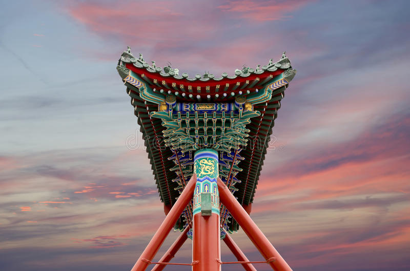 Traditionele antieke Chinese poort in Beihai-Park --Peking, China stock foto