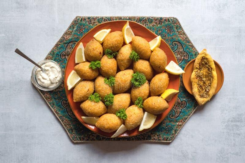 Traditionele Arabische kibbeh met lam en pijnboomnoten royalty-vrije stock fotografie