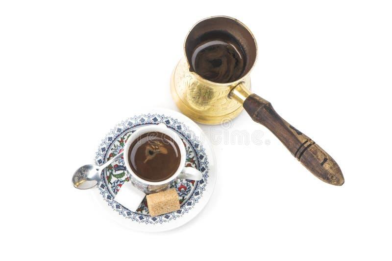 Traditionele Arabische Koffiemok en Koffiekop, Turkse die Koffie op wit wordt geïsoleerd stock fotografie