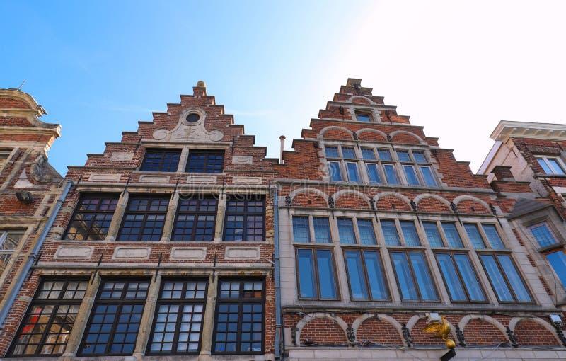 Traditionele architectuur met levendige voorgevel van lange huizen in Gent stock fotografie