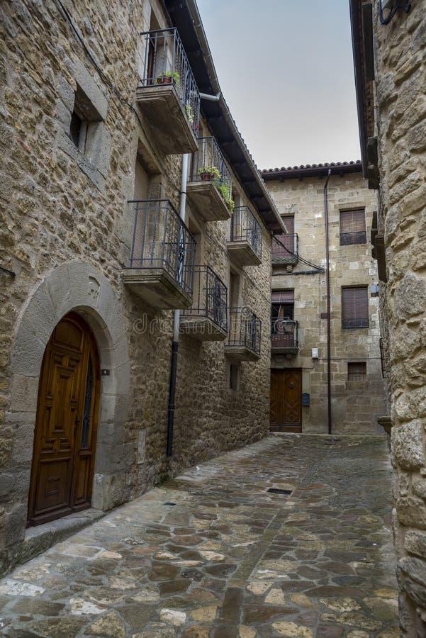 Traditionele architectuur in Sos del Rey Catolico stock foto's