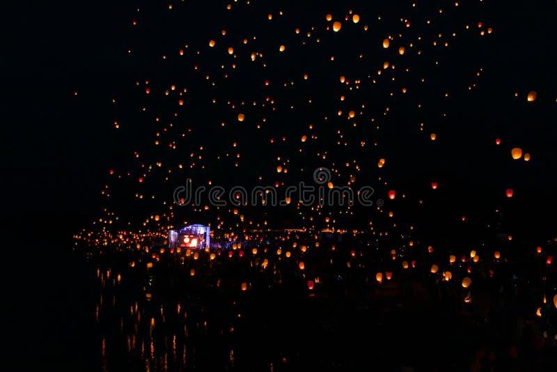 Traditionele Aziatische document het vliegen lichten in hemelfestival stock foto's