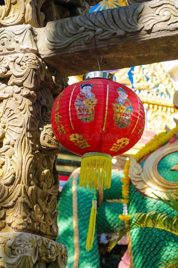 Traditionele Aziatische lantaarn in de binnenplaats van een Chinese tempel royalty-vrije stock fotografie