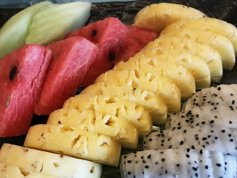 Traditionele Aziatische tropische vruchten handambacht het snijden selectie in voedselbuffet Voedsel, Natuurlijke Voeding, Gezond stock afbeeldingen