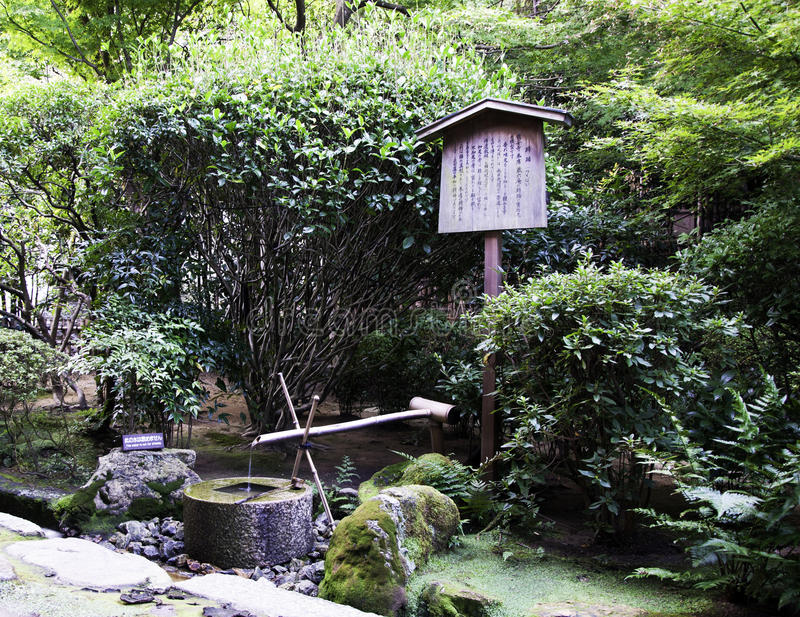 Traditionele bamboefontein bij tempel Ryoanji royalty-vrije stock fotografie