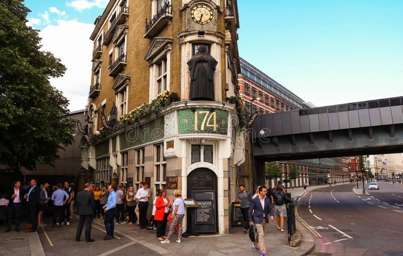 Traditionele bar - de Zwarte Frater - en kleine voorzijde van huis, bij Blackfriars-brug in Londen, Engeland royalty-vrije stock afbeeldingen