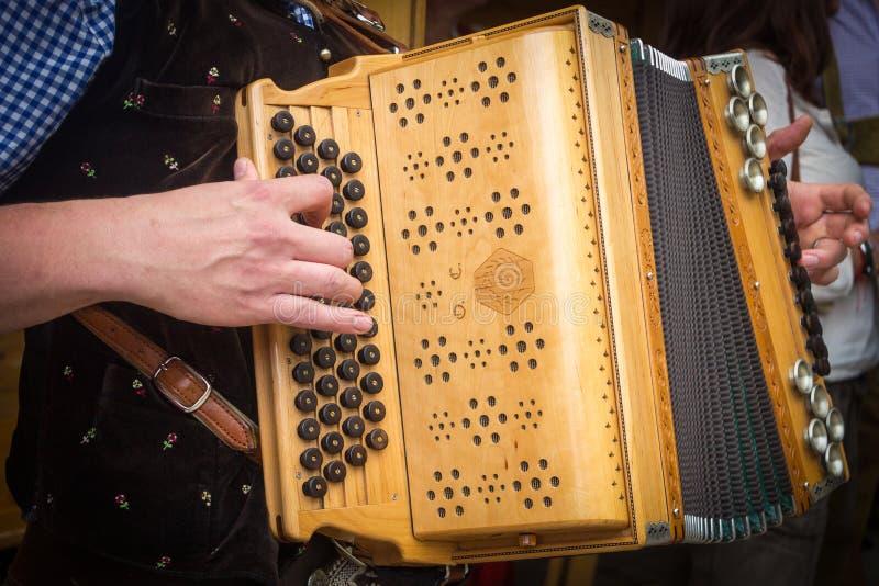 Traditionele Beierse harmonikaspeler stock afbeeldingen