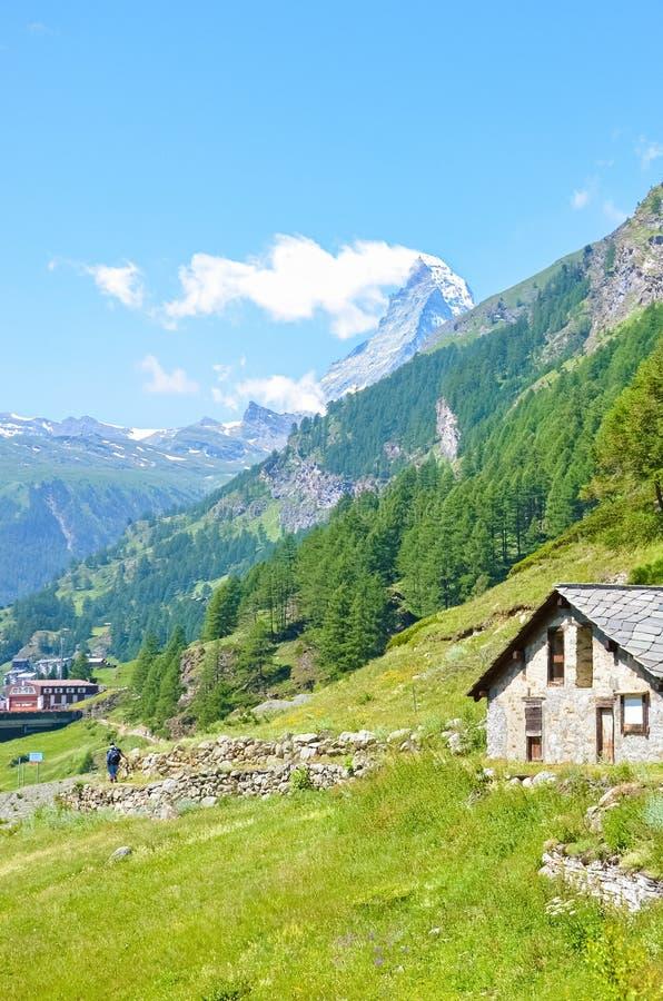 Traditionele berghut in Zwitserse Alpen dicht bij schilderachtige Zermatt, Zwitserland Beroemde Matterhorn-berg op achtergrond al stock foto's