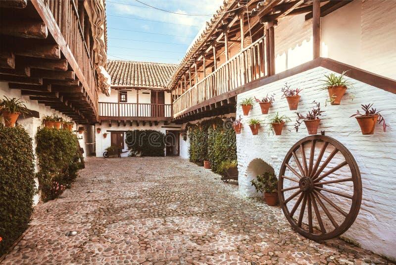 Traditionele binnenplaats met bloemen en decor van Andalusia Historische huizen, Spanje stock afbeeldingen