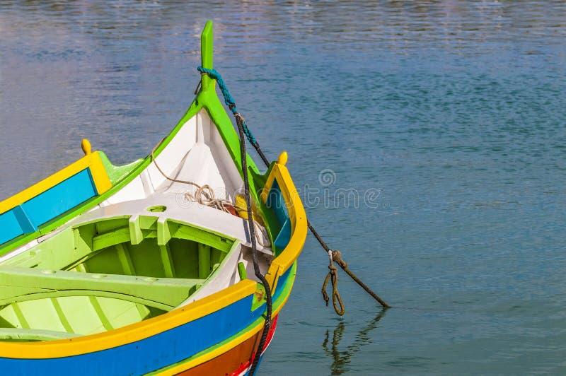 Traditionele boot Luzzu bij haven Marsaxlokk in Malta. stock afbeeldingen