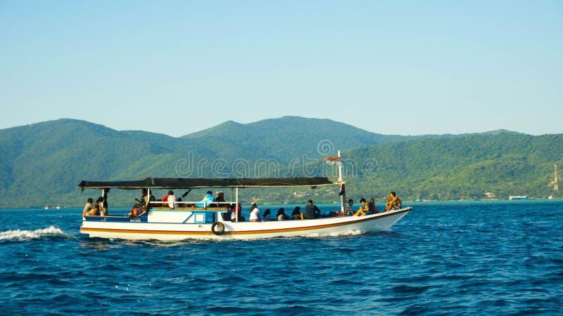 Traditionele boot op het diepe blauwe overzees in het overzees van karimunjawa stock foto's