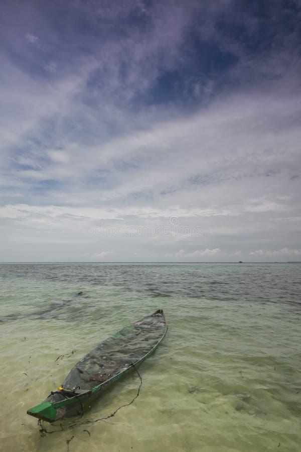 Enige Boot/Kano op zee stock foto