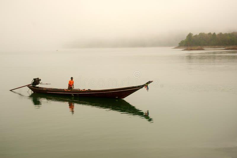 Traditionele boot wachtende toeristen in het meer van Cheow Larn, Thailand royalty-vrije stock afbeeldingen