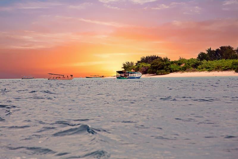 Traditionele boten bij Gili Meno-eilandstrand, Indonesië bij zonsondergang royalty-vrije stock foto