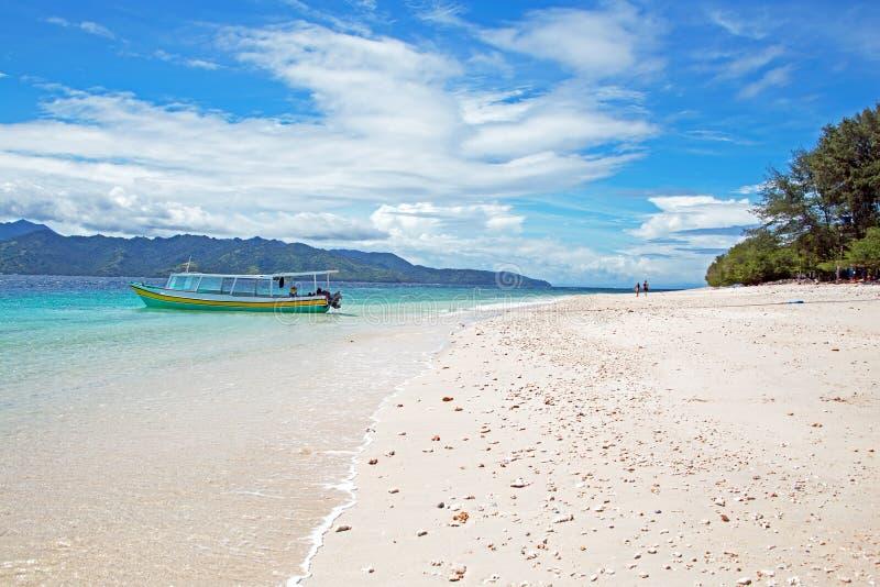 Traditionele boten op het strand in Gili Meno in Indonesië stock afbeelding