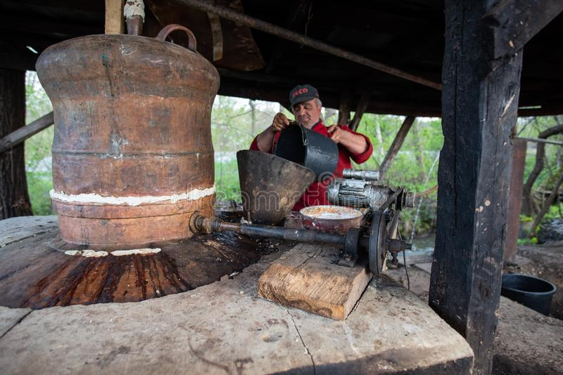 Traditionele brandewijn productie in Maramures-provincie, Roemeni? royalty-vrije stock foto
