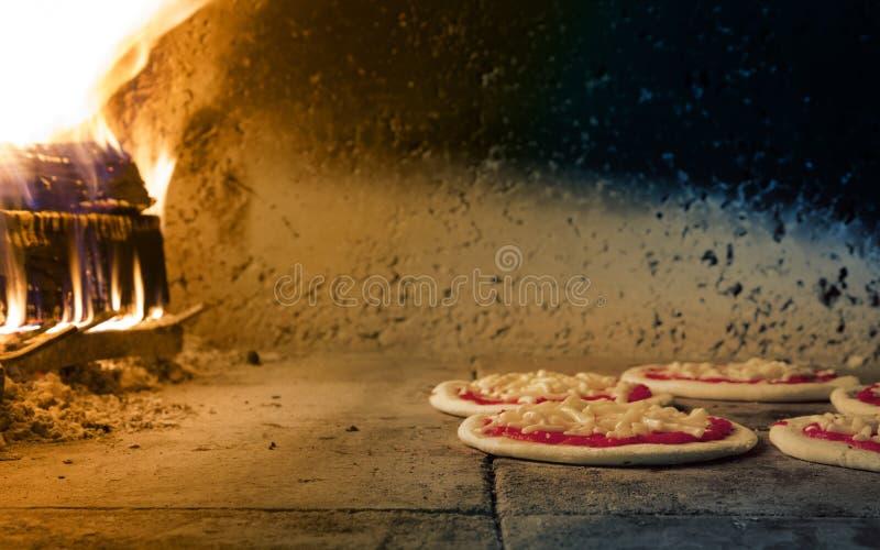 Traditionele brandoven voor pizza royalty-vrije stock afbeeldingen