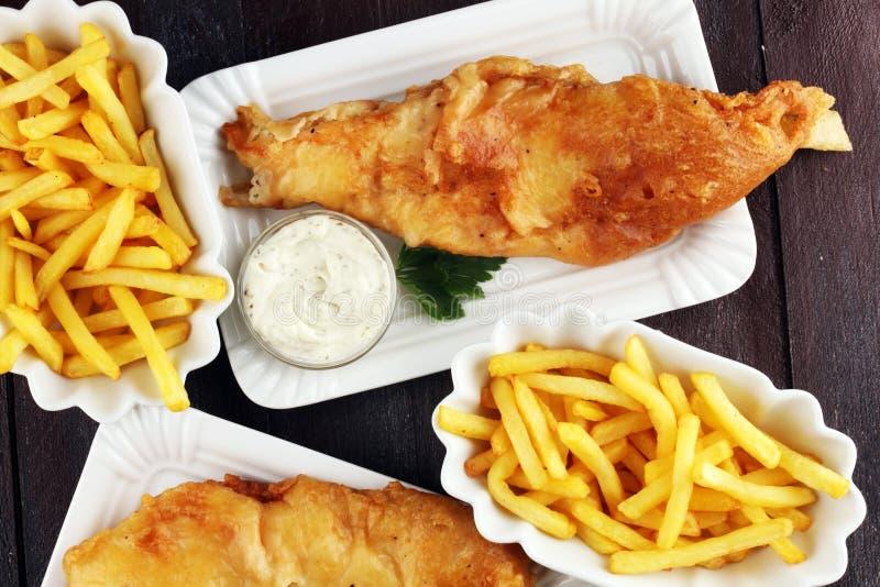 Traditionele Britse vis met patat die uit gebraden vissen, pot bestaan royalty-vrije stock foto
