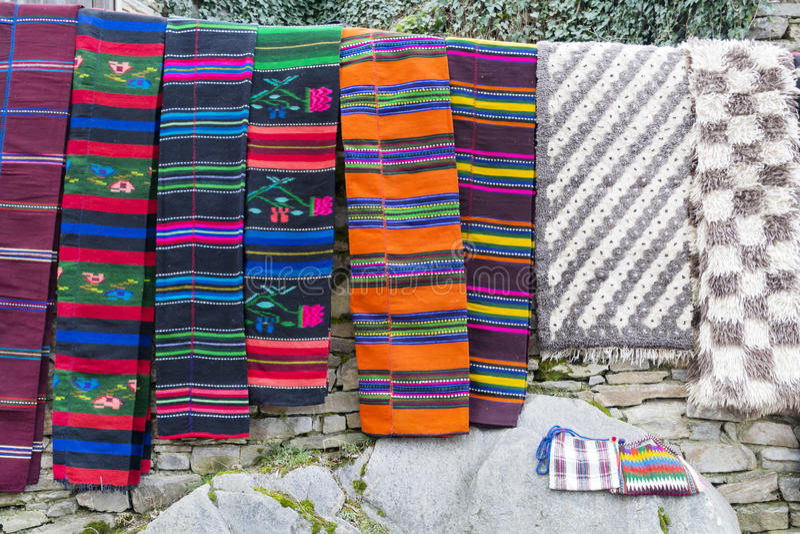 Traditionele Bulgaarse dekens met strepen en levendige kleuren royalty-vrije stock afbeeldingen