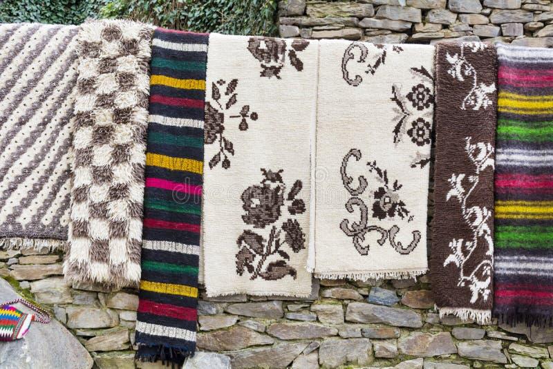 Traditionele Bulgaarse dekens met strepen en levendige kleuren stock fotografie