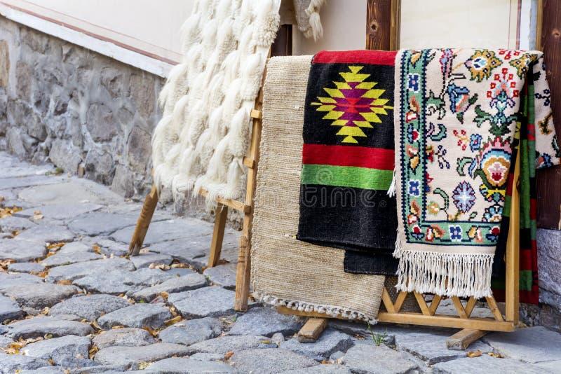 Traditionele Bulgaarse dekens met strepen en levendige kleuren stock foto