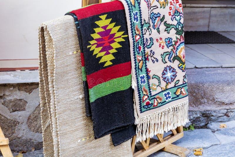 Traditionele Bulgaarse dekens met strepen en levendige kleuren stock foto's