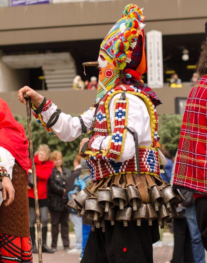Traditionele Bulgaarse kukermens met zijn reuze kleurrijk kwaad masker royalty-vrije stock afbeeldingen