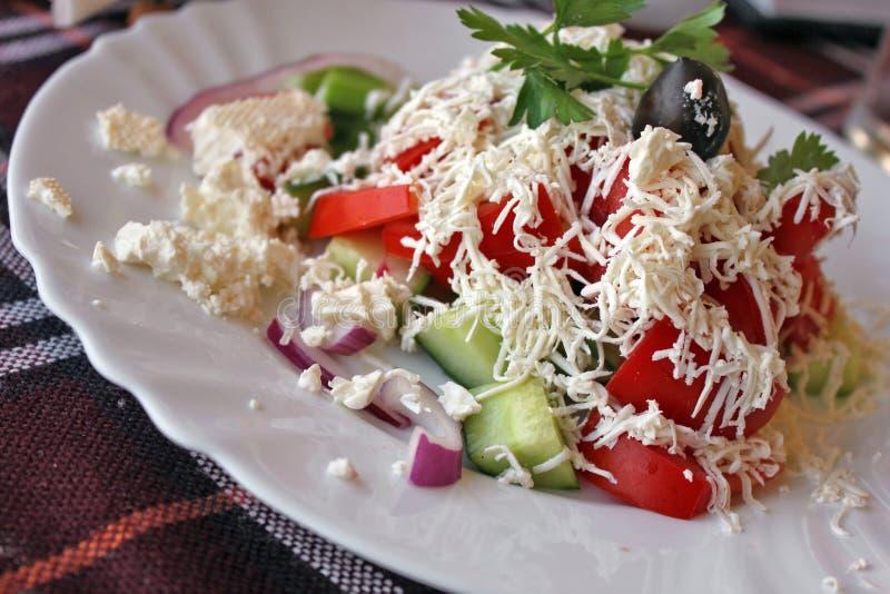Traditionele Bulgaarse salade - shopskasalade stock afbeeldingen