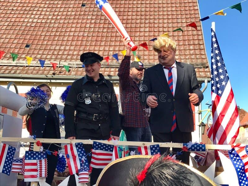 Traditionele Carnaval-optocht in Duitsland die pret van Donald Trump maken royalty-vrije stock afbeeldingen
