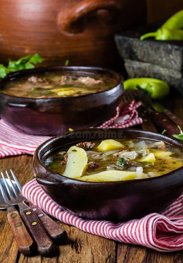 Traditionele Chileense Latijns-Amerikaanse die ajiaco van de vleessoep in kleiplaat wordt gediend royalty-vrije stock afbeelding
