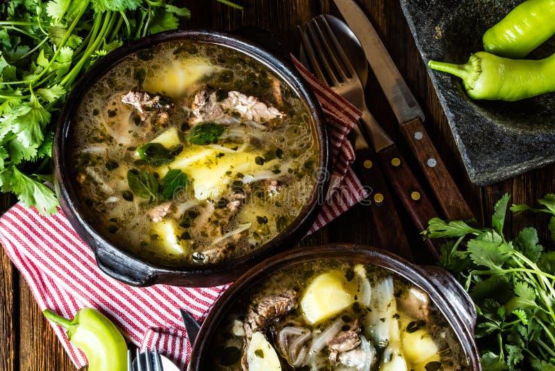 Traditionele Chileense Latijns-Amerikaanse die ajiaco van de vleessoep in kleiplaat wordt gediend royalty-vrije stock foto's
