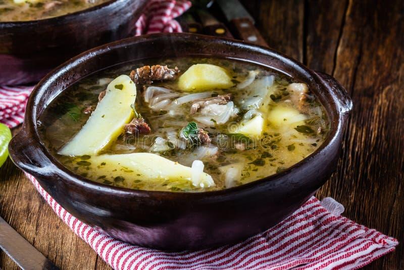 Traditionele Chileense Latijns-Amerikaanse die ajiaco van de vleessoep in kleiplaat wordt gediend royalty-vrije stock fotografie