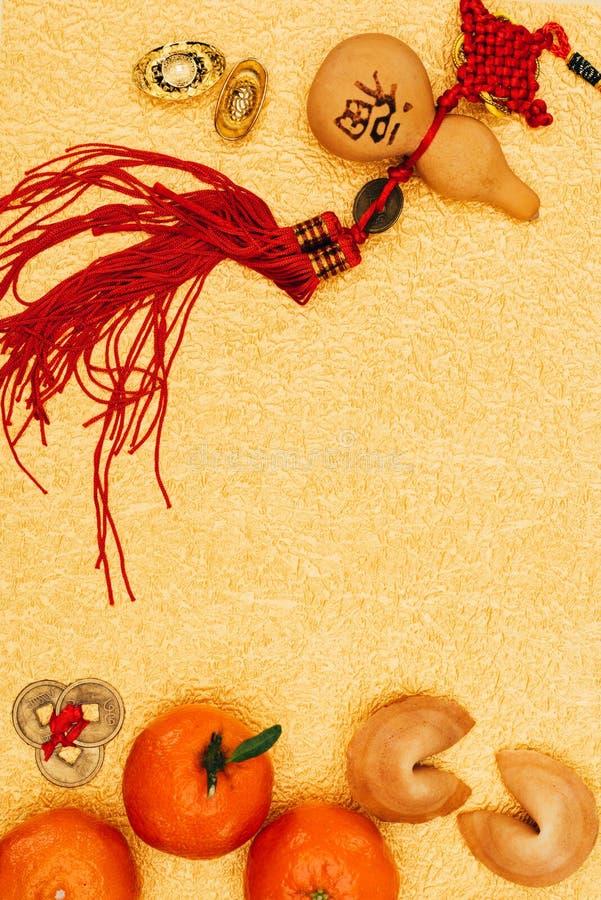 Traditionele Chinese amulet met mandarijnen en fortuinkoekjes op gouden oppervlakte, Chinees Nieuwjaarconcept stock foto's