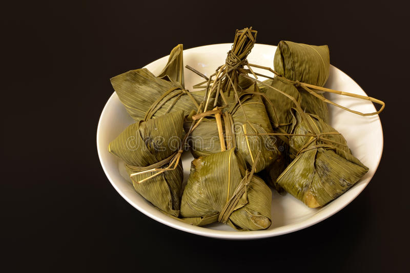 Traditionele Chinese die voedselchimaki in bamboeblad wordt verpakt royalty-vrije stock fotografie