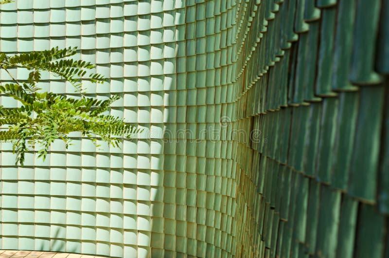 Traditionele Chinese groene verglaasde tegelmuur stock fotografie