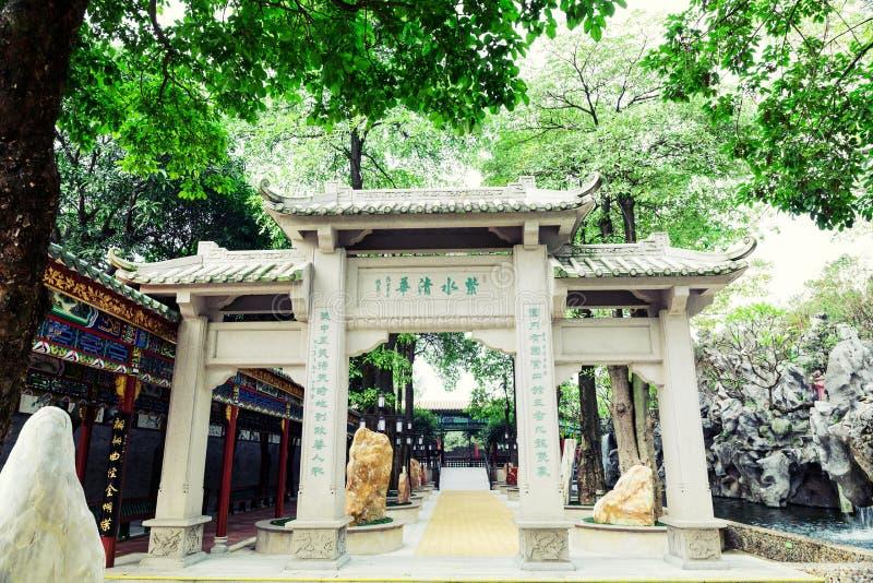 Traditionele Chinese herdenkingsoverwelfde galerij in oude Chinese tuin, de Aziatische klassieke architectuur van het oosten in C stock afbeeldingen