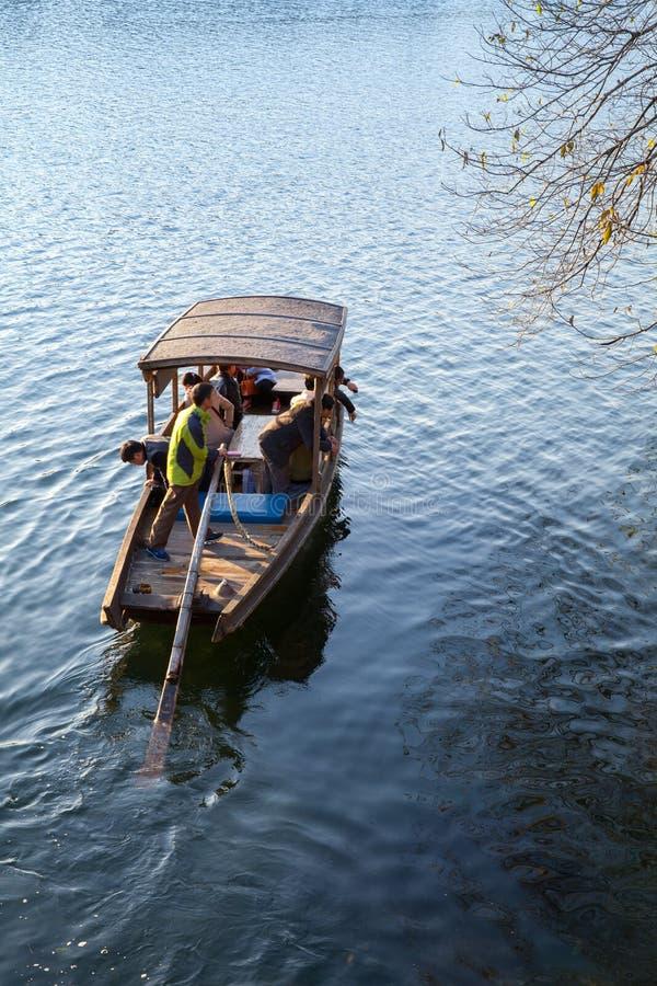 Traditionele Chinese houten boot op het Westenmeer, Hangzhou royalty-vrije stock foto