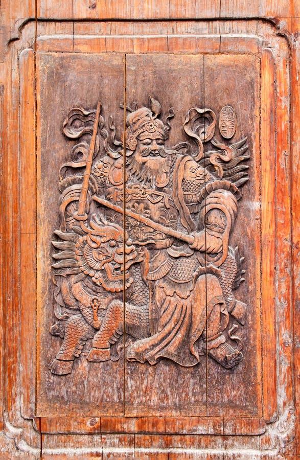 Traditionele Chinese houten deur die - tegen duivel met leeuwen vechten stock foto's