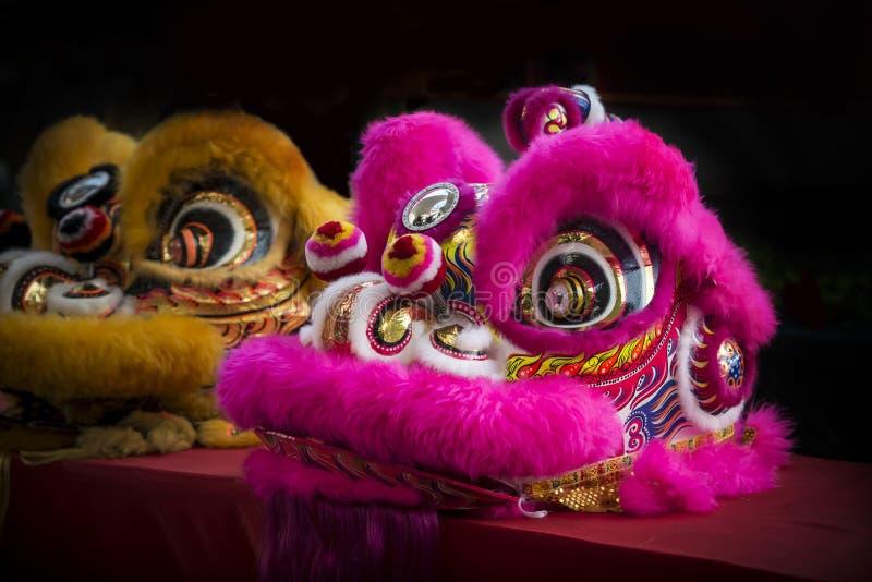 Traditionele Chinese leeuw die voor vierings Chinees nieuw jaar dansen stock foto's