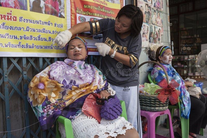 Traditionele Chinese methode van de verwijdering van het gezichtshaar stock fotografie