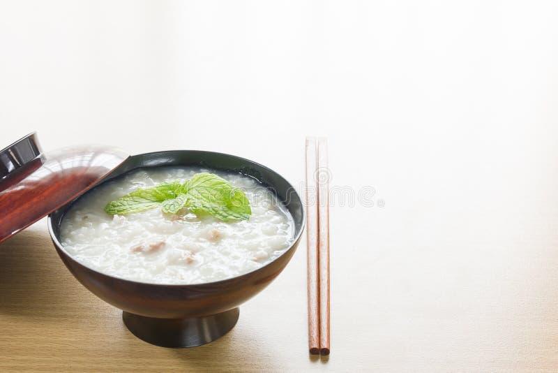 Traditionele Chinese rijsthaverbrij in kom royalty-vrije stock afbeelding