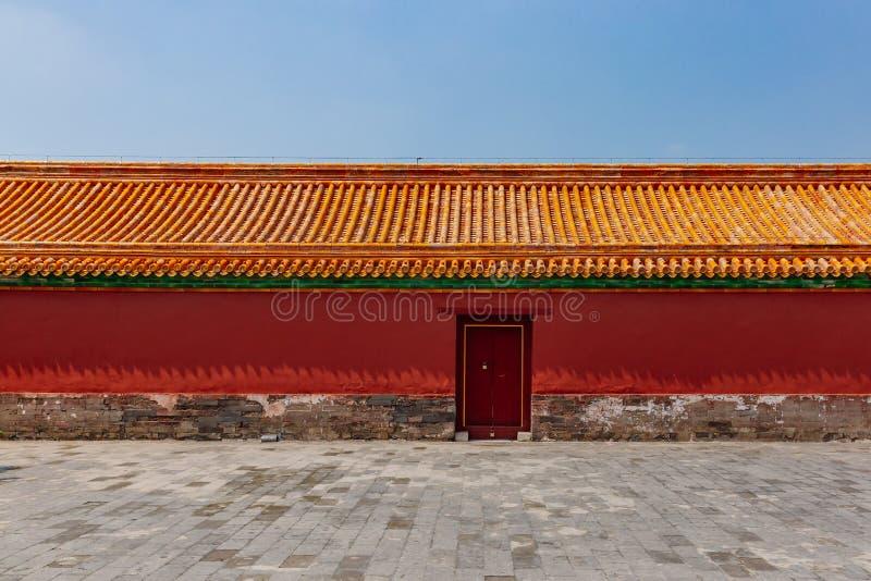 Traditionele Chinese rode muur en gele daktegels met gesloten deur, in Verboden Stad, in Peking, China royalty-vrije stock afbeeldingen
