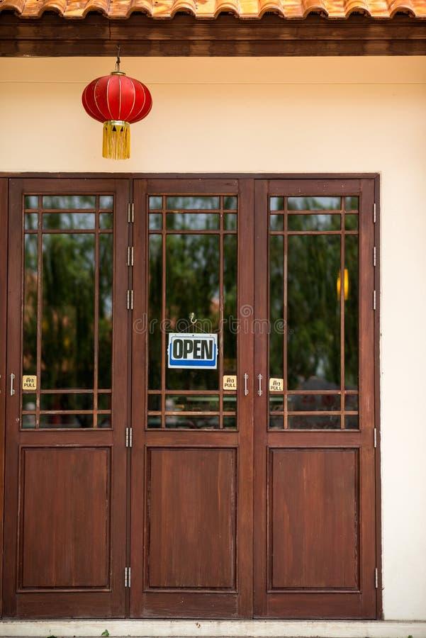 Traditionele Chinese stijl houten deur stock afbeelding