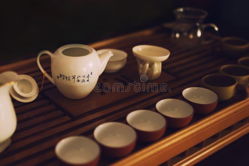Traditionele Chinese theeceremonie, schotels op houten teaboard stock afbeeldingen