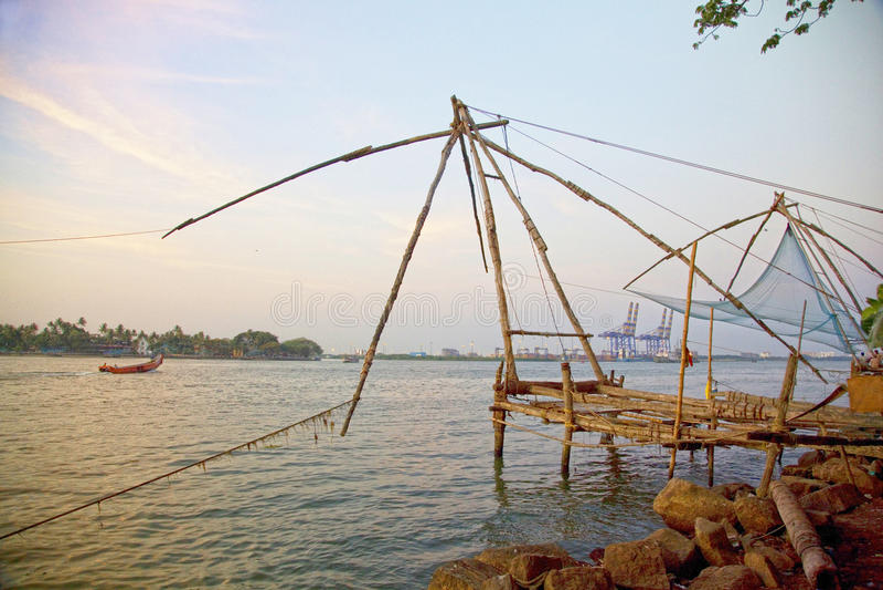 Traditionele Chinese visnetten bij zonsondergang, Cochin, India stock afbeelding